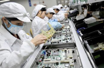 trabalhadores em fábrica no japão